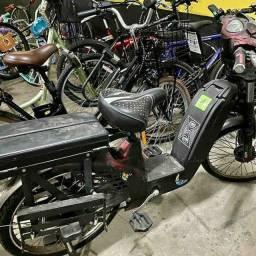 Mecanico de bicicleta comum e elétrica e comum