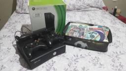 Xbox 360 completo destravado com uma caixa de jogos e Kinect