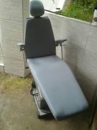 Vendo uma cadeira de dentista com todos os acessórios.