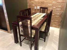 Mesa de jantar, 6 cadeiras, de madeira com tampo de vidro.