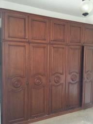 Armário de madeira com 5 portas