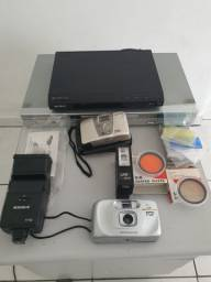 Desapegado Conjunto de câmeras lentes, flash e 2 aparelhos de DVD.