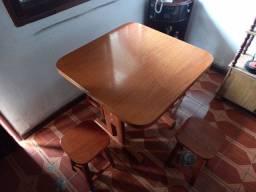 Mesa de madeira com 4 bancos de madeira