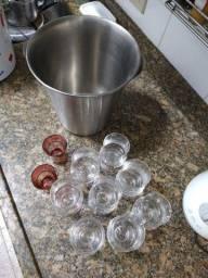 8 copos de vidro e um balde de alumínio