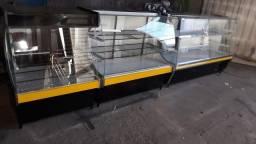 Conjunto de balcões pista fria, vitrine refrigerada e caixa