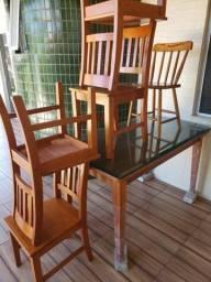 Mesa de madeira com tampo de vidro + 5 cadeiras