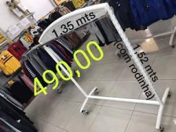 Arara de trenzinho para loja de roupas