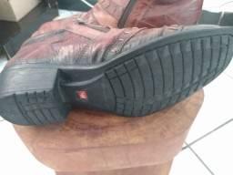 Bota de couro costurada