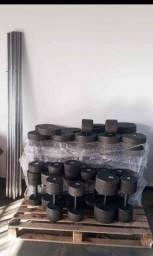 Halteres e anilhas com barras de concreto emborrachados