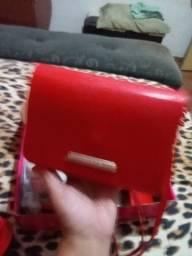 Sandália Petite Jolie e uma bolsa .