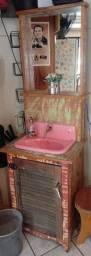 Armário com pia rosa e espelho, muito charmoso!