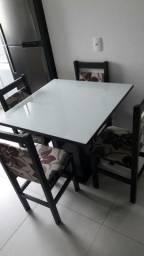 Mesa de vidro com 4 cadeiras almofadadas