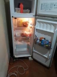 Vendo esa geladeira funcionando sem defeito só marca usu não Fasso entrega