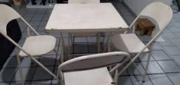 Dois conjuntos de mesas com 4 cadeiras