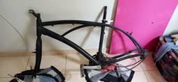 Quadro e rodas de bicicleta praiana