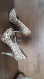 Sapatos dourado e tamanco