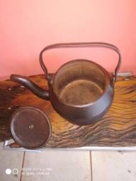 Antiga chaleira de ferro fundido com tampa