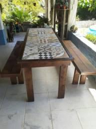Conjunto de mesa e bancos rústicos