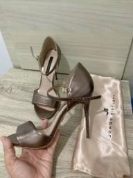 Vendo duas sandálias nunca usadas