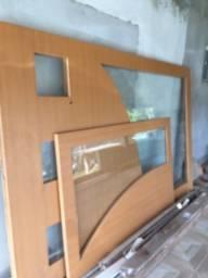 Divisória e porta com vidro temperado.