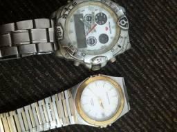 Dois relógio parados sem baterias