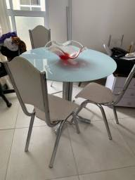 Mesa 4 lugares com tampo de vidro adesivada