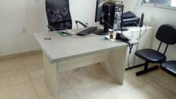 Mesa de escritório com 4 cadeiras