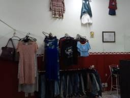 Vendo loja de roupas usadas com araras provador e espelho estoque de verão e inverno
