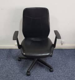 Cadeira de Escritório Presidente, giratória, base preta, em couro