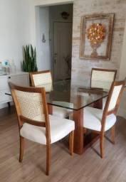 Mesa e quatro cadeiras