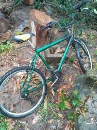 Bicicleta aro 26 . tem que desempenar as rodas e encher os peneus