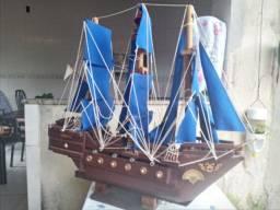 Miniarura de barco a vela em madeira