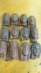 Índios entalhados na madeira