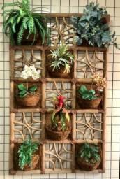 Jardim Vertical com cachepots com flores artificiais
