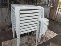 Mesas e cadeiras plásticas.