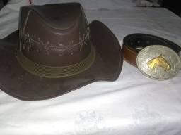 Vendo um chapéu de couro e um cinto