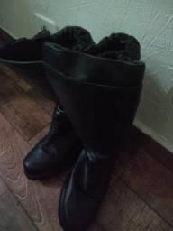 Um par de botas com solado para riscos exclusivamente térmicos de 1 até 300° C (Nº43)