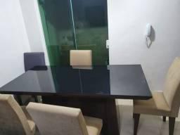 Mesa de 6 lugares com tampo de vidro preto + 6 cadeiras cor bege