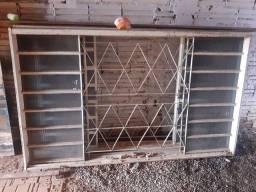Portão de corre .uma porta mas 3 janelas