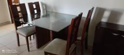 Mesa e cadeiras em bom estado