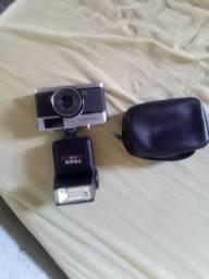 Câmera fotográfica antiga Olympus trip 35 com flash