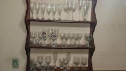 40 copos e taças em um estante de madeira