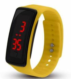 Relógio digital com tela led amarelo
