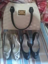 Sapatos e uma bolsa