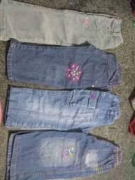 Vestidos, camisetas, calças, jardineiras