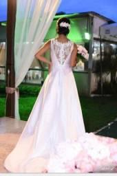 Vestido, calçado e brinco de noiva