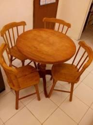 Mesa redonda em madeira gravatá com quatro cadeiras