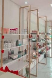Vendo fundo de loja de maquiagem