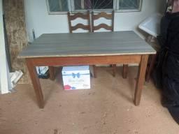 Mesa de madeira com fórmica