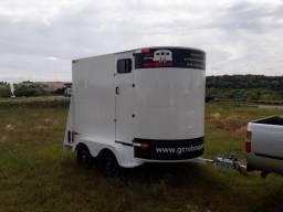 Carreta para 2 cavalos com chassi galvanizado e fechamento em aluminio